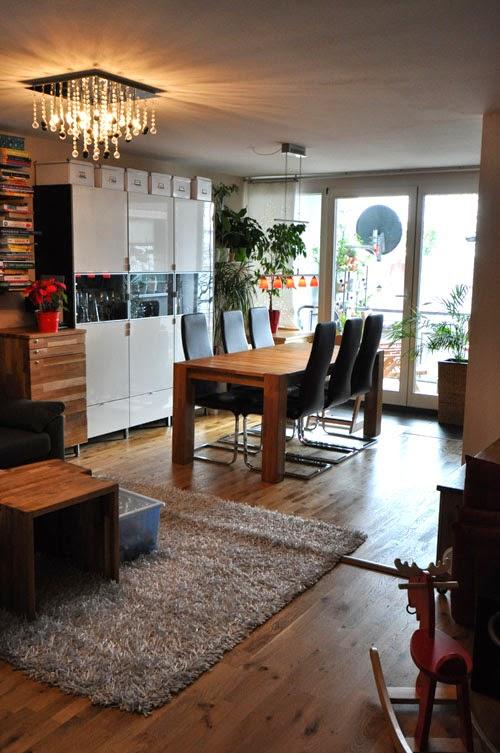 Esszimmer mit großem Holztisch