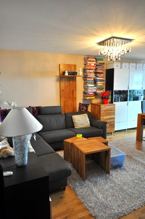 Wohnzimmer mit Eicheparkett und selbstgebauten Schränken